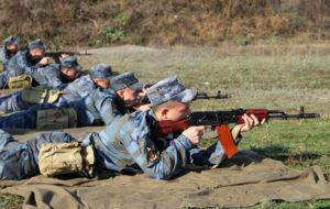 Курсанты стреляют из АК-47