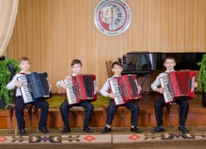 мальчики на аккордеоне играют