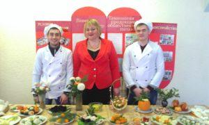 Студенты БТТ демонстрируют приготовленную еду