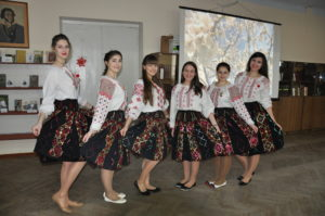 студентки ППЭТ в национальных молдавских костюмах