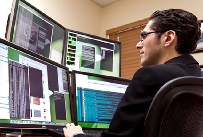 компьютерщик, много мониторов, IT специалист